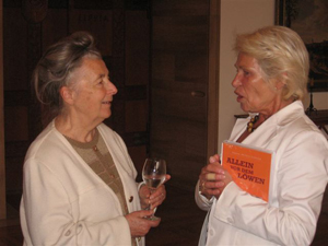Simone Liebster presented her autobiography Facing the Lion to Karin Reismann, mayor of Münster