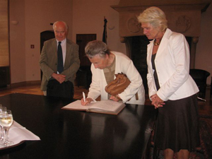 Simone Liebster signs the Golden Book of the city of Münster in the presence of Mayor Karin Reismann and Professor Feliks Tych.